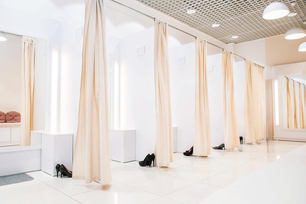 Phòng thử đồ của cửa hàng thời trang