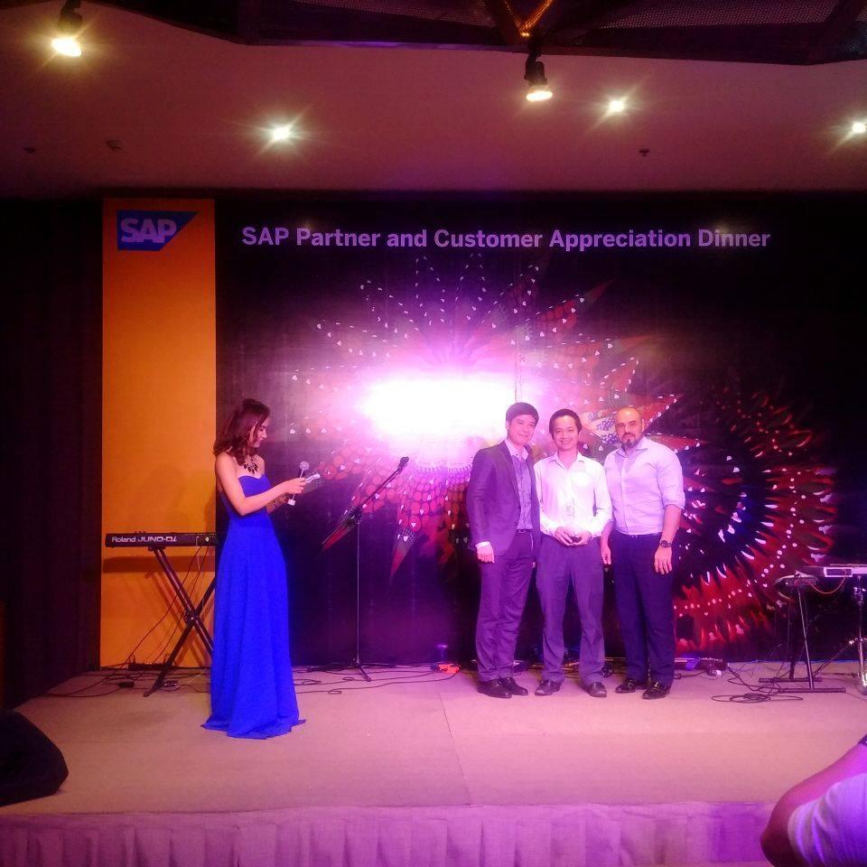 Giám đốc NextCRM ông Trần Quang Cường cùng đại diện SAP Singapore và Việt Nam tại lễ tri ân đối tác của SAP